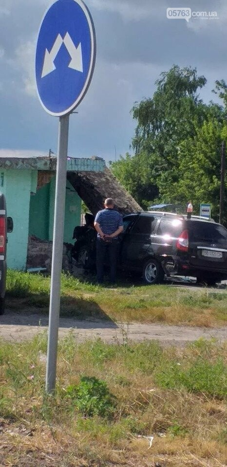 В Солоницевке: автомобиль въехал в автобусную остановку, фото-1
