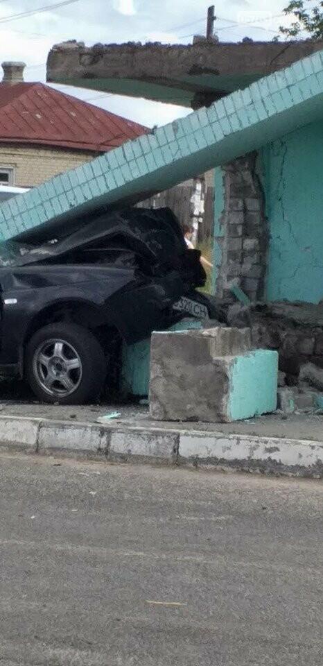 В Солоницевке: автомобиль въехал в автобусную остановку, фото-2