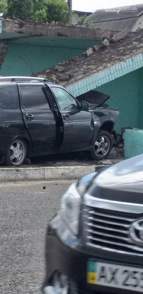 В Солоницевке: автомобиль въехал в автобусную остановку, фото-3