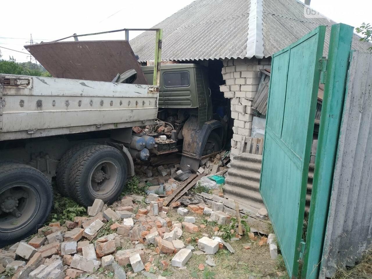 В Дергачевском районе грузовик въехал в жилой дом, фото-1