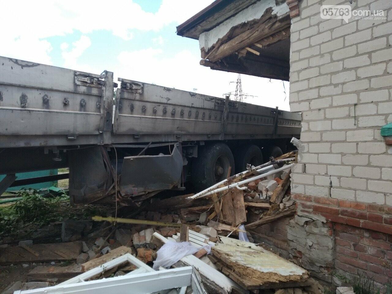 В Дергачевском районе грузовик въехал в жилой дом, фото-2