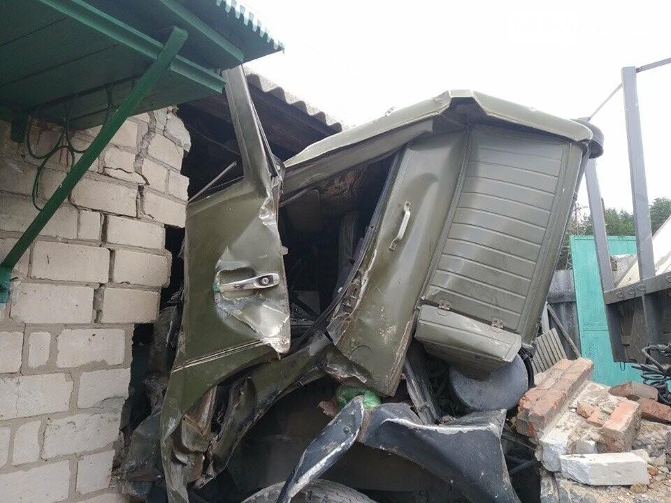 В Дергачевском районе грузовик въехал в жилой дом, фото-3