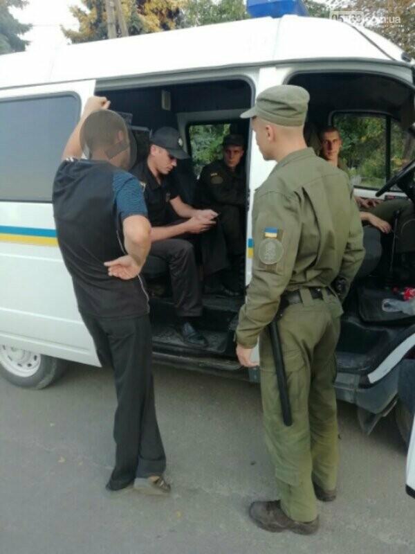Полицейские совместно с военными следят за правопорядком в Дергачевском районе, фото-6