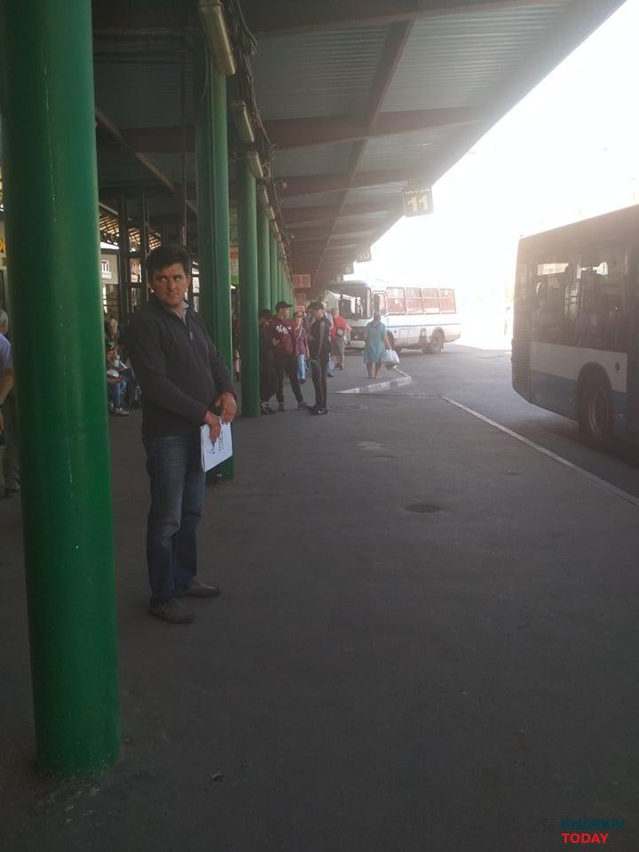 Директор днепровского предприятия встречает и провожает автобусы в терминале на Холодной горе. Фото: KHARKIV Today.