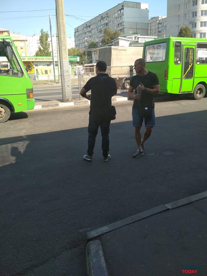 Эти парни регулируют на платформе, кому и когда проезжать. Фото: KHARKIV Today.