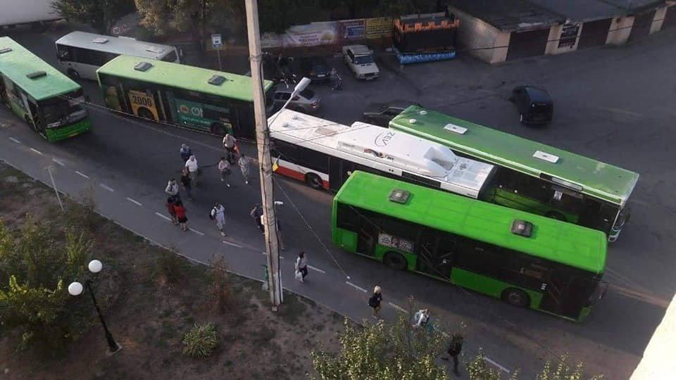 Зеленые автобусы не дают проехать новичку для загрузки пассажиров. Фото: соцсети.