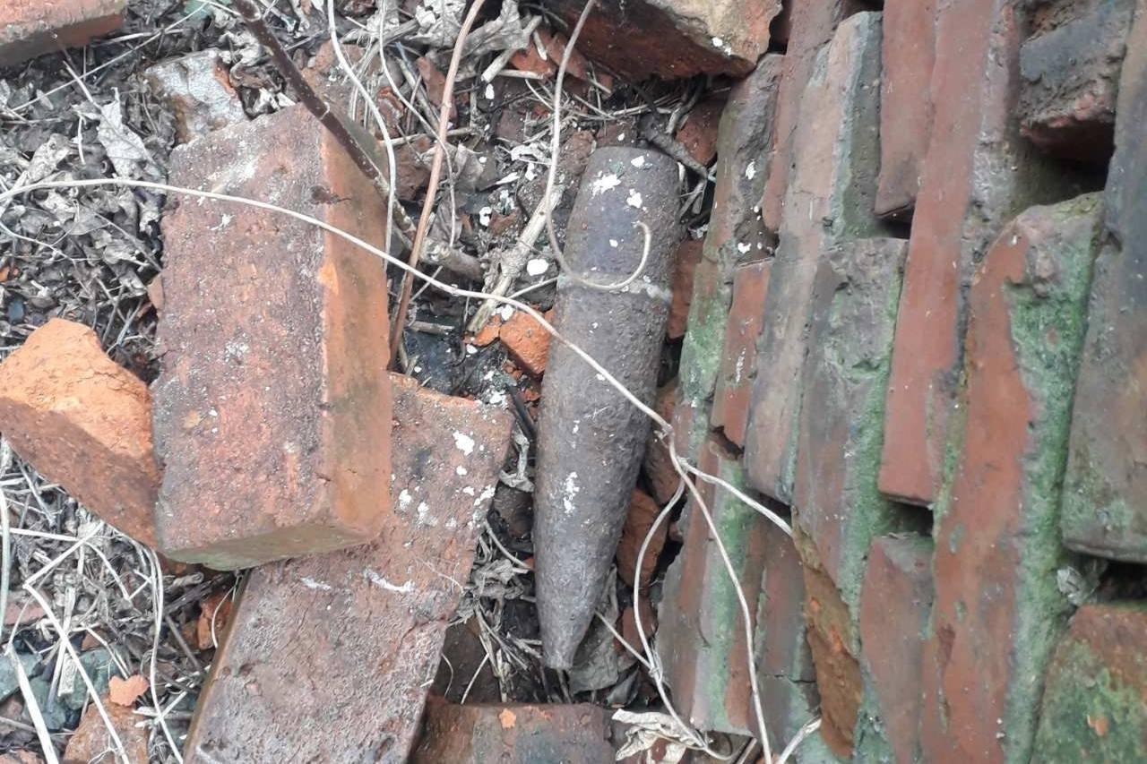 У дворі приватного будинку знайшли снаряд (ФОТО), фото-1